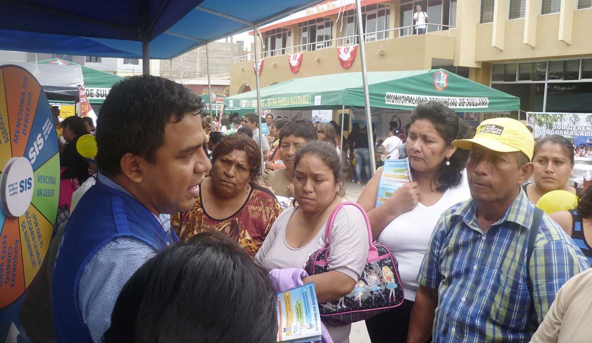 57c7407d2 Con la presencia de más de doscientas personas el Seguro Integral de Salud  participó en la feria de salud organizada en la plaza de armas de Sullana,  ...