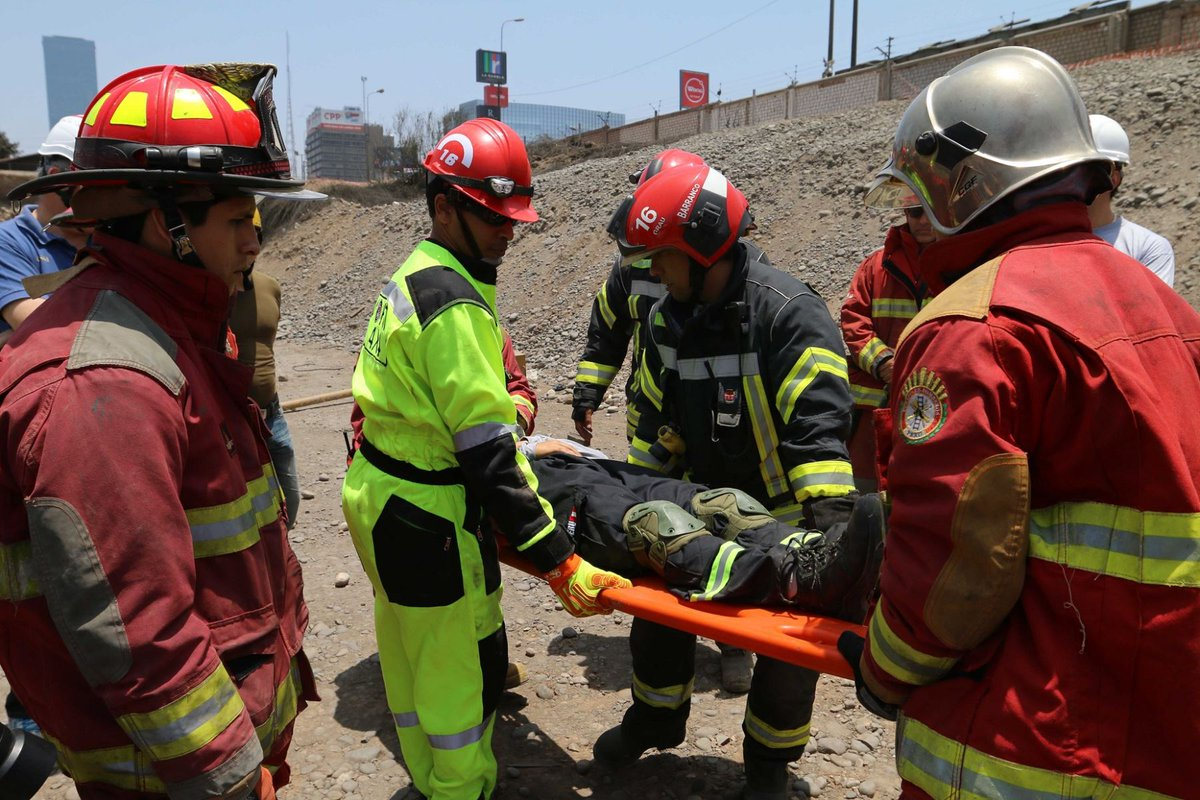 Perú: 20 muertos al caer un colectivo al vacío